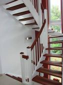 Klassik und Moderne perfekt vereint. Treppenanlage ½ gewendelt mit weiß lackierten Wangen und Geländer (M 22), Trittstufen, Handlauf (H 2) und Pyramiden auf Pfosten in Jatoba 1A natur geölt