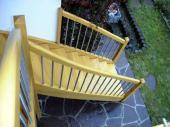 Außentreppe in Lärche massiv 1A mit Stufenspezialbefestigungen in Edelstahl. Geländerstäbe in Edelstahl M 20.
