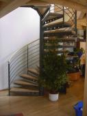 Stahlspindeltreppe mit gelochten Stufenträgern, mitlaufender Geländerpfosten